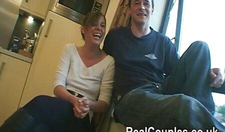 Un hombre pegando al joven extraño en el compartimento, fideos colgando de sus orejas y una vagina video de veteranas rosa de mierda