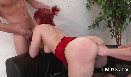 Una mujer video de veteranas que es culpable de pedirle perdón a su esposo arrastrándose de rodillas frente a él sin bragas