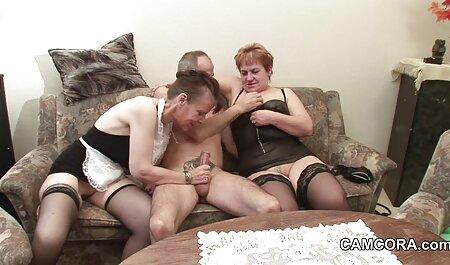 Entretener a los veteranas follonas invitados con un baile erótico antes de la cópula y muestra la jaula de plumas
