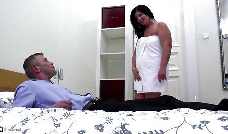 Ideal cabeza de veteranas teniendo orgasmos ducha para la masturbación húmeda bajo presión sobre el clítoris