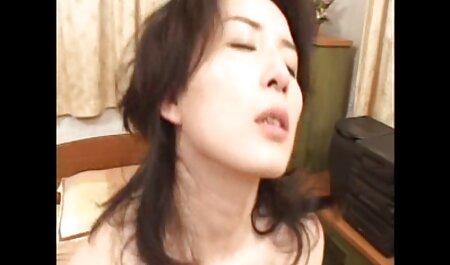 Informal para atacar a un hombre empuja a una video de veteranas mujer a masturbarse en una cabina sucia y mover eldometer entre sus piernas