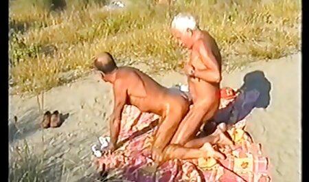 Después del entrenamiento de fuerza, la chica veteranas hermosas desnudas atrapa la polla de su entrenador y no quiere dejarla ir y meterla en la boca, chupa la polla en estado sólido y la folla muy dura en el simulador en su coño