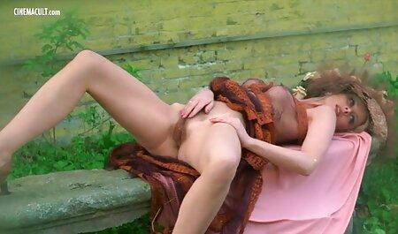 Familia india besando sus genitales y frotando puntos rosados en el clítoris veteranas culonas follando con color marrón