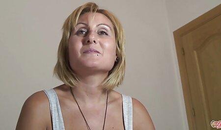 Durante el yoga, presto gordas veteranas follando atención a cómo una vagina mirándola entró en la habitación para hablar y masturbarse