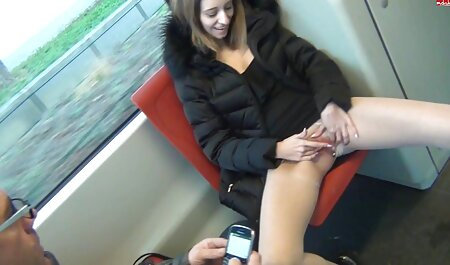 Rubia en pantalones cortos azules veteranas y peludas capturas hermano masturba bajo su puerta