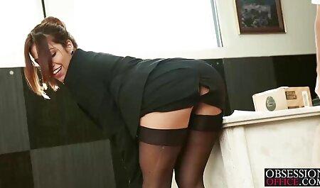 Programa de televisión en Estonia videos sexo con veteranas fuera de control cuando una de las Amas de casa puso su dedo medio en su culo