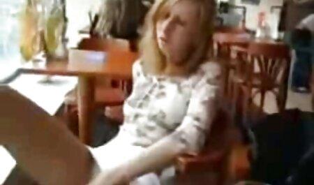 El camarero que cojiendo veteranas viejo puso sus pies sobre la mesa y una nueva camarera chupar de la parte inferior