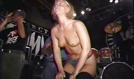 Chica pelirroja anoréxica pierde su virginidad en el baño en la espalda por un miembro de una gran familia que video de veteranas frunce el ceño.