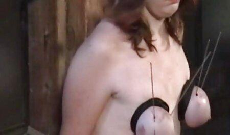 Setanista con una cruz en la vagina sentado en una silla en raskoryaku veteranas acabando y masturbándose con una cruz, involuntariamente terminar