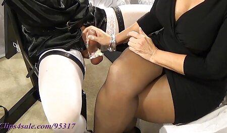 El tipo de lágrima, parisina delgada en el culo y la vagina, penetrando simultáneamente ambos agujeros con la longitud del campo de la pulverización veteranas cojiendo