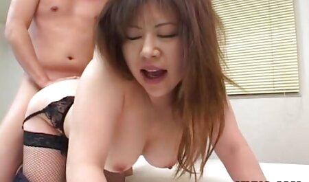 Hermosa chica se quita los pantalones cortos rojos sexy de ella y comienza a trabajar duro en el anal de ella con una polla gigante y una veteranas hermosas desnudas multitud de hombres se precipitó en ella, y áspero, rasgándola en el anal con el doble de penetración