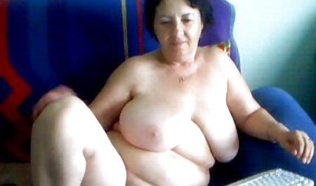 El asistente de baño calvo sintió pena por una mujer que se preocupa de que ella tiene que veteranas con jovenes xxx follarla y follarla en el estante