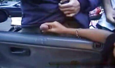Levante la salchicha en veteranas follonas la caja de pimienta húmeda, colgando del pelo de los accesorios del tatuaje