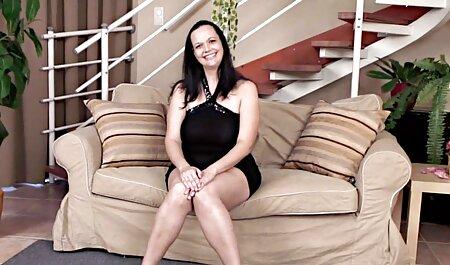 Svitlana le pide a su hermana que se frote la espalda mientras está desnuda en el baño con jabón vaginal veteranas culiando