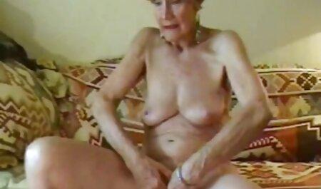 Un prisionero videos de veteranas xxx torturado por un tirón de plástico en el culo, atándolo a una cruz de madera con estrellas