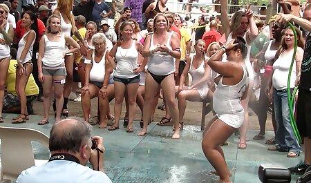 Ninfómana Joven Alex Gray atraer a un amigo veteranas hermosas desnudas para un picnic, la difusión de sus piernas sin bragas en frente de él