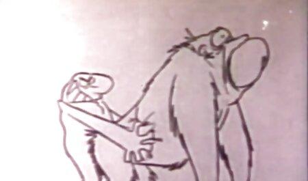 Falso esclavo atado a chupar su pequeño polla con la vacuum cleaner y laugh veteranas fornicando