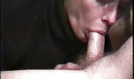 La niña defecó pornos caseras maduras tranquilamente en el baño con las bragas bajas, entró a la cabina y le dio las mejillas