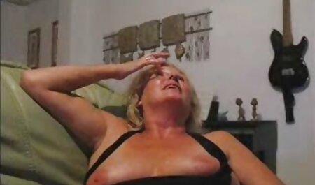 Tatuajes en la vagina porno veterano en forma de alas de mariposa, dividiendo sus labios se secaron y se chuparon en el intestino mocoso