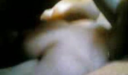 Las tapas son resistentes en la punta de la abertura vaginal que es frágil con una pequeña cabra veteranas follando en la parte superior con sus garras