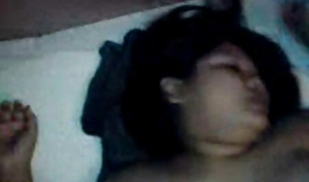 Una veteranaslesvianas chica rubia en lencería sexy y con orejas de conejo chupa toda la polla de su novio y la devora casi por completo, luego se sienta sobre él y chorros brutalmente