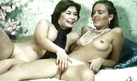 Dryukit, una mujer uzbeka está sola encima de la cama crujiente, conduciendo gruesa Drina entre sus piernas en el agujero sexo casero veteranas que está mojado