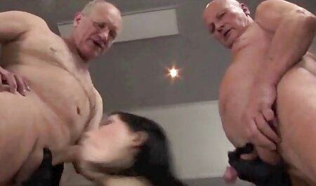 Planté en mi vagina de veteranas teniendo orgasmos una anciana arrugada y se movió hasta mi boca