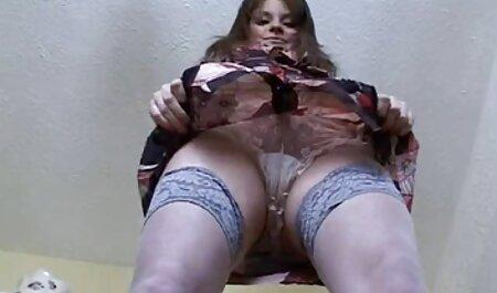 Una chica chupa con rizos y rizos de una chica para veteranas zorras pesar a un hombre en un banco