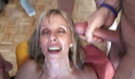 El bigote padre viene de la vuelta durante la vuelta y encuentra la daga en veteranas teniendo orgasmos la herida en su cama