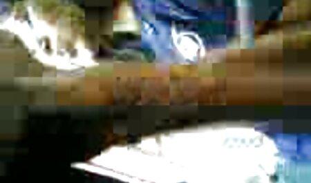 Una mujer alemana en vestidos blancos para el Año Nuevo está casi azotando su polla durante una mamada video xxx veteranas a su marido