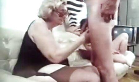 La esposa atrapa a la madre y al videos caseros con veteranas esposo en la parte posterior de un accidente lleno de pasión, no saben cómo reaccionar y encogerse de hombros