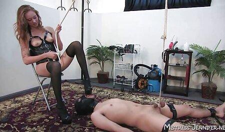 Un psicópata sexy en el apartamento de una pequeña zorra y rígida, meter la polla de él en su veteranas tetonas garganta y luego follarlo en un gran descuidado